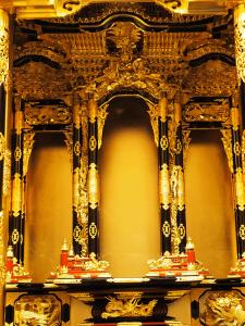 大きなお掛け軸の掛かる荘厳宮殿の高山仏壇です。