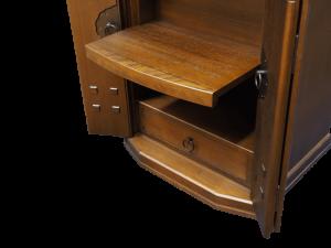 経机の代わりのお給仕用のスライド式棚も完備しております。