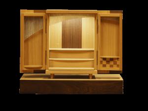 小さいながらも御本尊様をきちんと祀る事ができ,扉部分の内側にお位牌を飾るスペースを設けました。