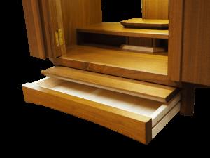 本体外部の膳引き機能と線香や蝋燭等の収納に便利なワイドな引き出しがついています。