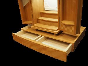 下台には引き出しがついており、お線香など小物もたっぷりと収納できます。