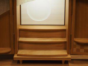 内部全体がスライドして、お供えやお掃除がとても楽にできます。