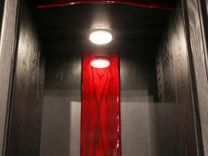 LEDライトの光が本尊や仏具を明るく照らします。