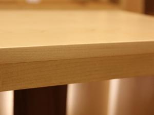 ハードメープルの無垢材がシンプルなデザインをより引き立てます。