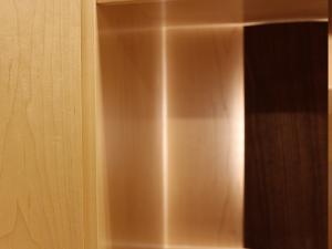 背面にはやさしい光が無垢材の温もりを演出します。