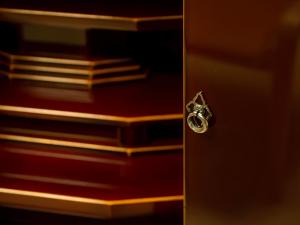 シンプルなデザインの手打ち金具がアクセントになっております。