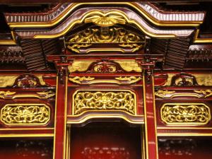 宮殿や高欄など内陣は昔ながらの形を残した春慶仏壇です。