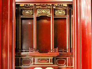 本漆の春慶塗りならではの濃淡と本金箔のコントラストが美しい春慶仏壇です。