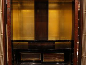 内陣には金箔が施され、厳かななかに煌びやかな雰囲気を放っています。