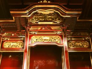 宮殿や高欄などの内陣は昔ながらの形をに残しております。