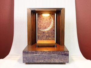 天井からの光が室内に神聖なモダン聖堂を作り出します。