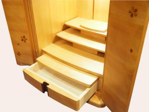 小物の整理に便利な、膳引きや引き出しも完備されています。