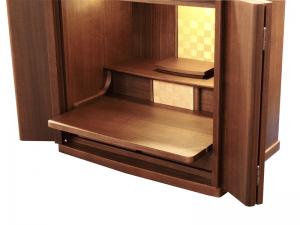 上に仏具を乗せたまま、奥にスライドして扉を閉めることができます。