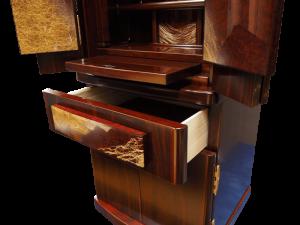 仏具やお供えを置くのに使える膳引き機能に線香や蝋燭等の収納に便利な引き出しがついています。