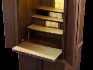 棚を手前にスライドして引き出すと膳引きとなり、上に仏具を置いてお祀りいただけます。