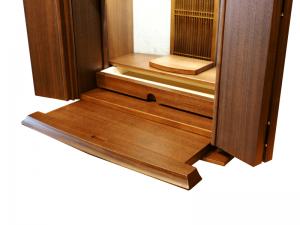 仏具やお供えを置くのに使える膳引き機能に線香や蝋燭等の収納に便利な引き出しが付いています。