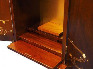仏具やお供えを置くのに使える膳引きが付いております。