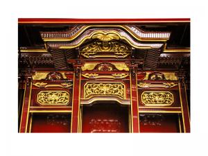 宮殿や高欄など内陣は昔ながらの形を残しています