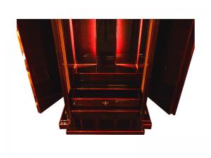 扉を開ければ光が差し込み幻想的な空間